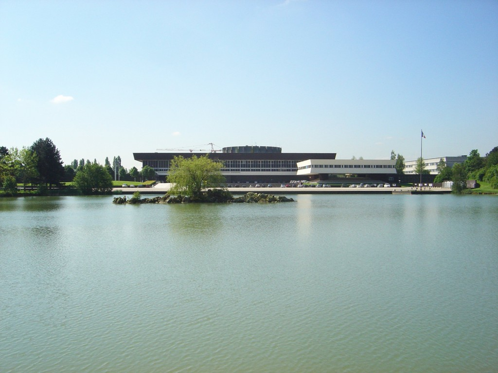Ecole_Polytechnique_France_seen_from_lake_DSC03389