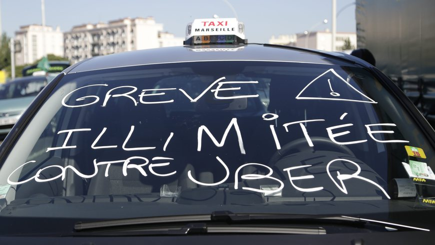 ©PHOTOPQR/LA PROVENCE ; SPEICH Frédéric MARSEILLE LE  26/06/2015 Mouvement de grève national des chauffeurs de taxi pour protester contre la mise en place de l'application Uber Pop Ici devant le Conseil départemental (MaxPPP TagID: maxnewsworldthree781526.jpg) [Photo via MaxPPP]